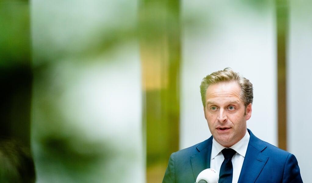Gezonde jongeren van 12 tot 18 jaar oud kunnen vanaf vrijdag een afspraak maken voor een coronavaccinatie, zei demissionair minister Hugo de Jonge.  (beeld anp / Bart Maat)