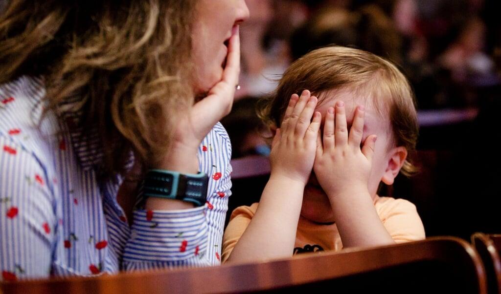 Moeder en peuter in het Concertgebouw tijdens wereldboekendag.  (beeld anp / Robin van Lonkhuijsen)