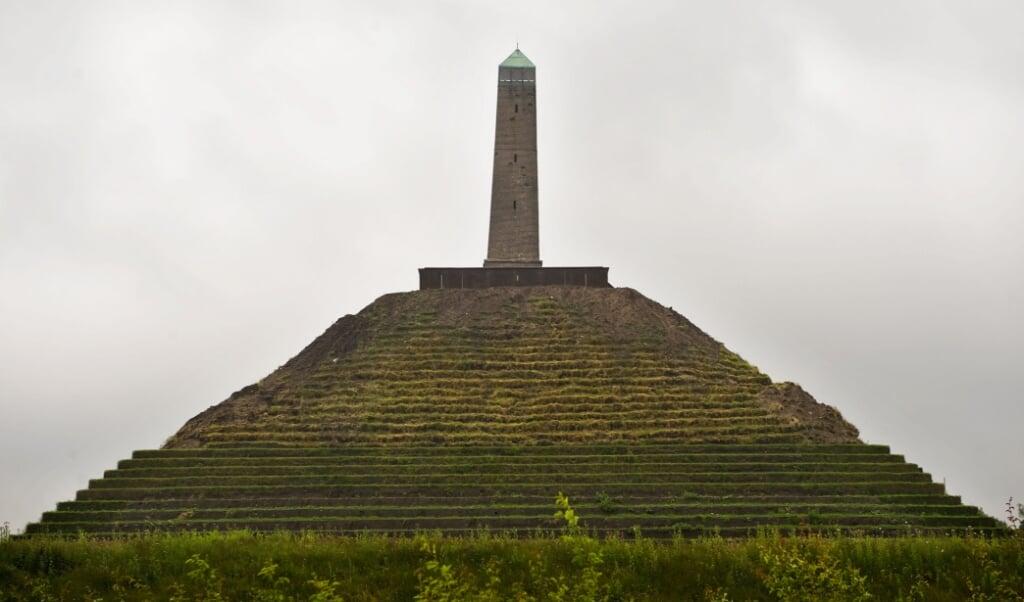 2008-06-19 00:00:00 WOUDENBERG - De Pyramide van Austerlitz gaat na twaalf jaar weer open voor het publiek. Naast het geheel vernieuwde bezoekerscentrum, is de Pyramide gerestaureerd: de bekleding van graszoden is in oorspronkelijke staat teruggebracht en de stenen trap is vervangen door een duurzame stalen trap. De Pyramide ligt midden in Nederland, verscholen in de bossen van de Utrechtse Heuvelrug. ANP PHOTO ERIK VAN 'T WOUD  (beeld anp / Erik van 't Woud)