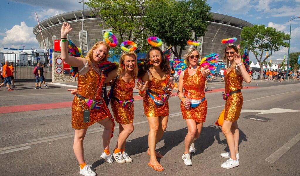 Nederlandse Oranje regenboogvrouwen voor het Puskas-stadion in Boedapest.  (beeld afp / Ferenc Isza)