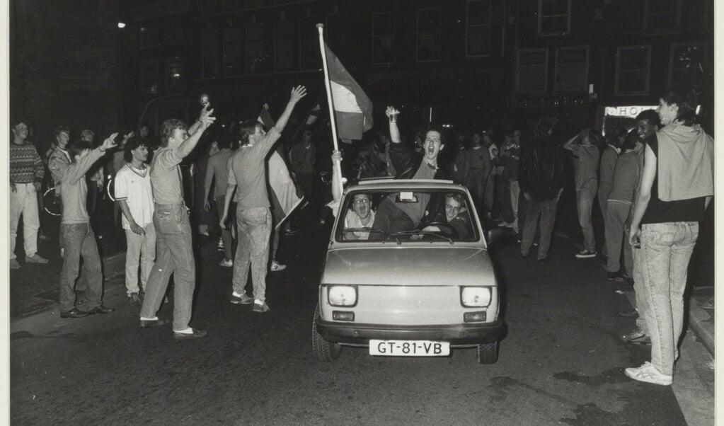 In Haarlem wordt feestgevierd na de overwinning op West-Duitsland.  (beeld collectie fotoburo de Boer / wikimedia)