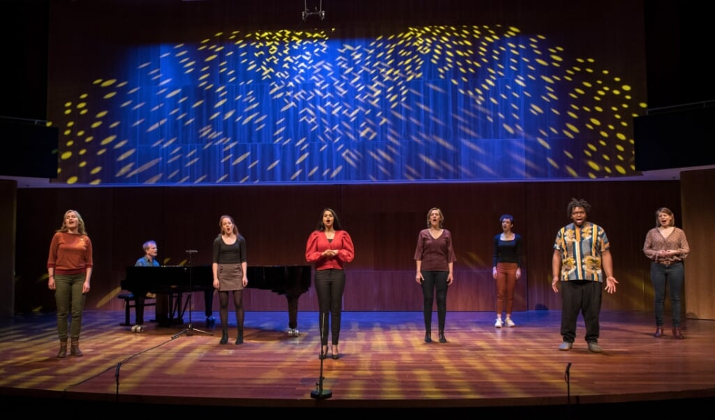 Wishful Singing en enkele zangdocenten tijdens een oefening.   (beeld Allard Willemse)