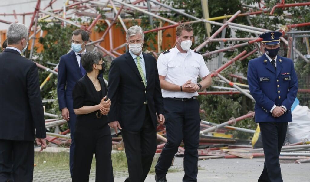 Koning Filip bezocht zaterdag de rampplek bij een school in aanbouw in Antwerpen.  (beeld epa / Julien Warnand)