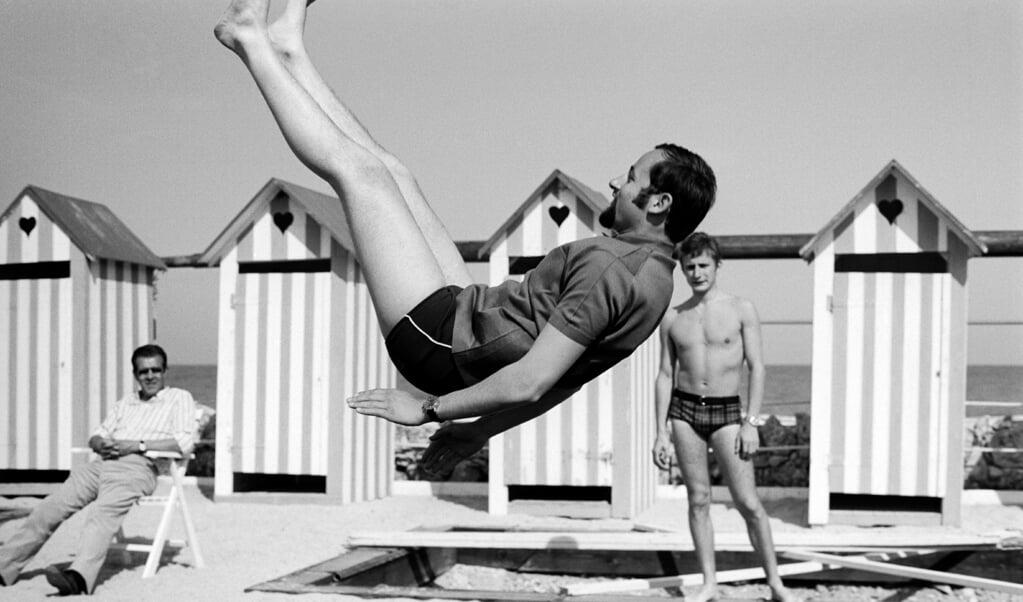 Op de trampoline bij het strand in Zandvoort.  (beeld getty images)