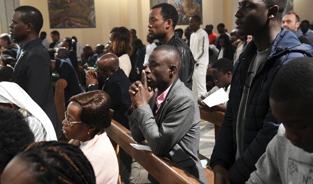 Christenen uit Sub-Saharaans Afrika wonen op 10 maart 2019 de mis in de Sint-Pieterskathedraal in Rabat bij.  (beeld afp / Fadel Senna)