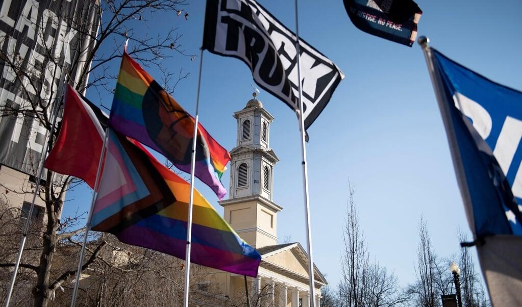 Regenboogvlaggen bij een Amerikaanse kerk in Washington.  (beeld afp / Brendan Smialowski)