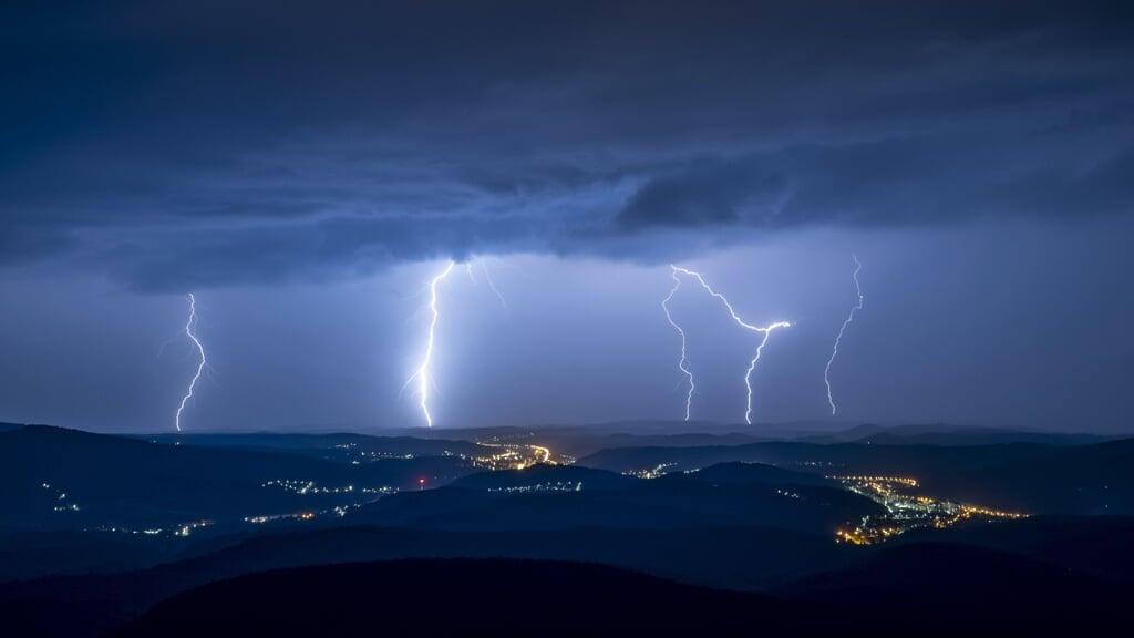 Waar wereldwijd jaarlijks ongeveer duizend mensen overlijden door een blikseminslag, zijn in Nederland gemiddeld  wee doden door bliksem te betreuren.  (beeld Epa/Peter Komka)