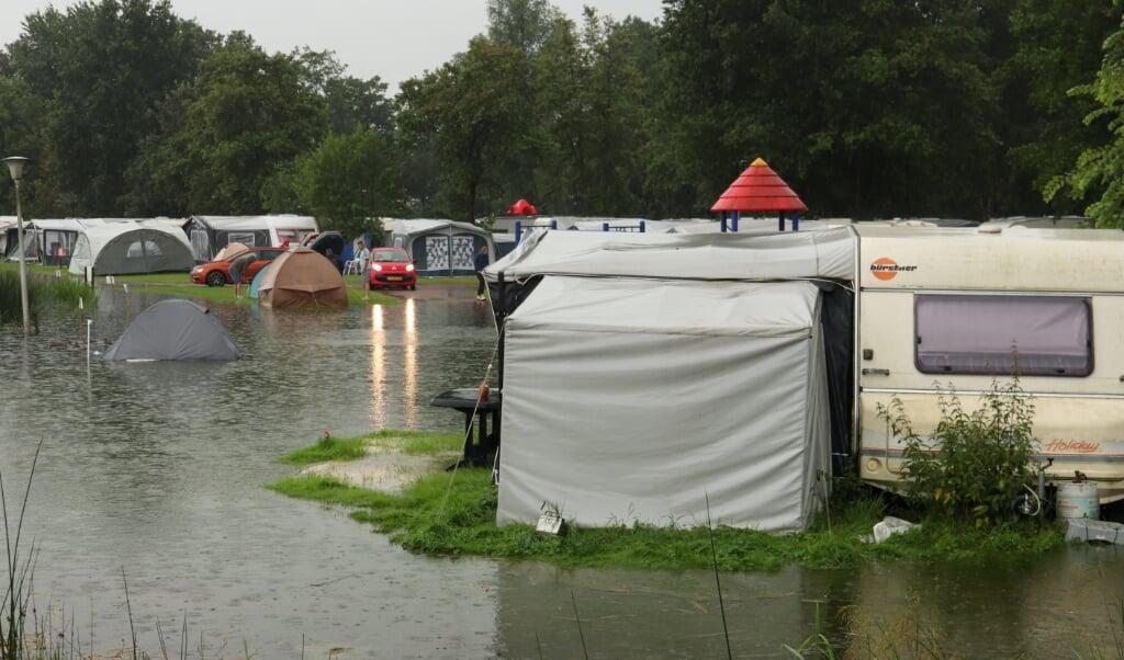Tenten en caravans staan in het water op camping Klein Zwitserland. Stortbuien veroorzaken in het noordoosten van Fryslân veel wateroverlast.   (beeld anp / Anton Kappers)