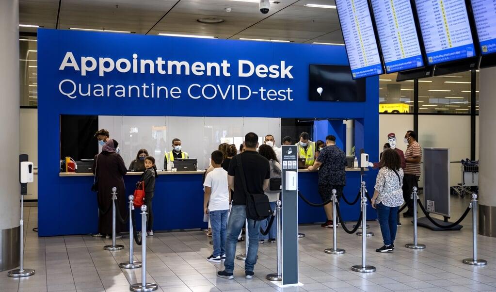 Coronatestdesk op luchthaven Schiphol.  (beeld anp / Ramon van Flymen)