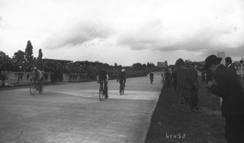De finish van de Tour de France in 1914.  (beeld bibliothèque nationale de france / agence rol)