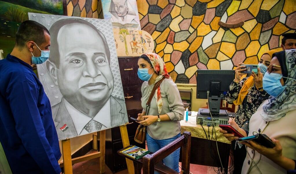 De recreatie- en knutselafdeling, waar een gevangene werkt aan een potloodtekening van president al-Sisi.  (beeld René Clement)
