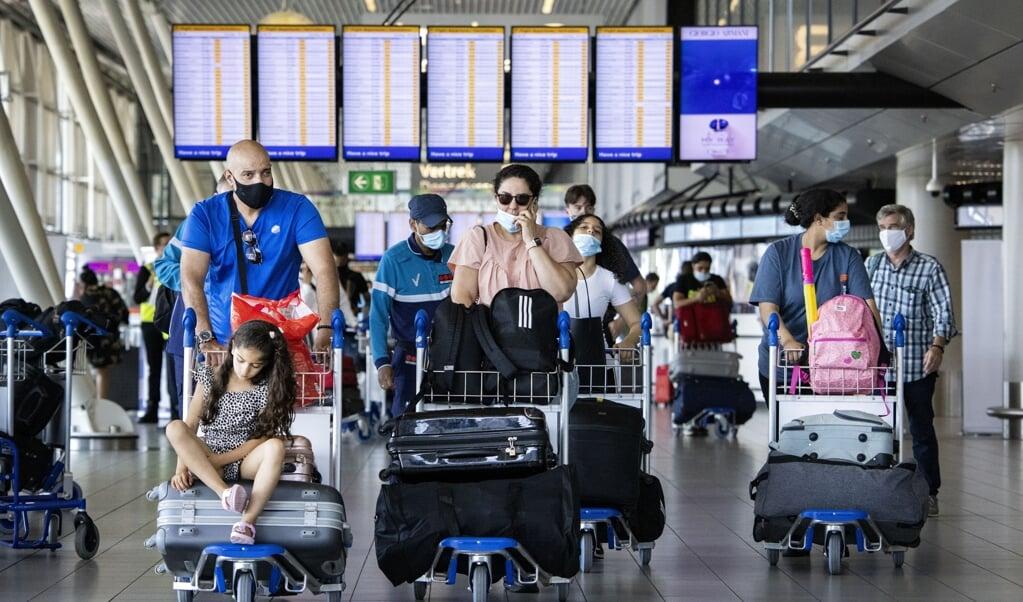 Reizigers op luchthaven Schiphol.  (beeld anp / Ramon van Flymen)