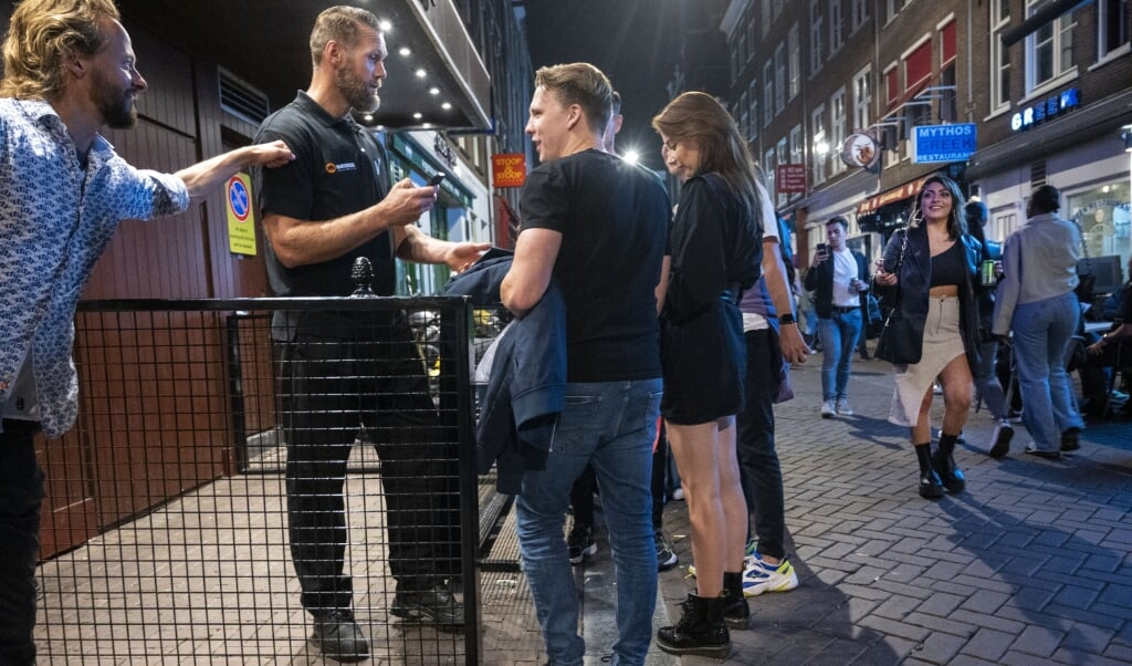 Jongeren staan in de rij om naar binnen te mogen bij een kroeg.  (beeld anp / Evert Elzinga)