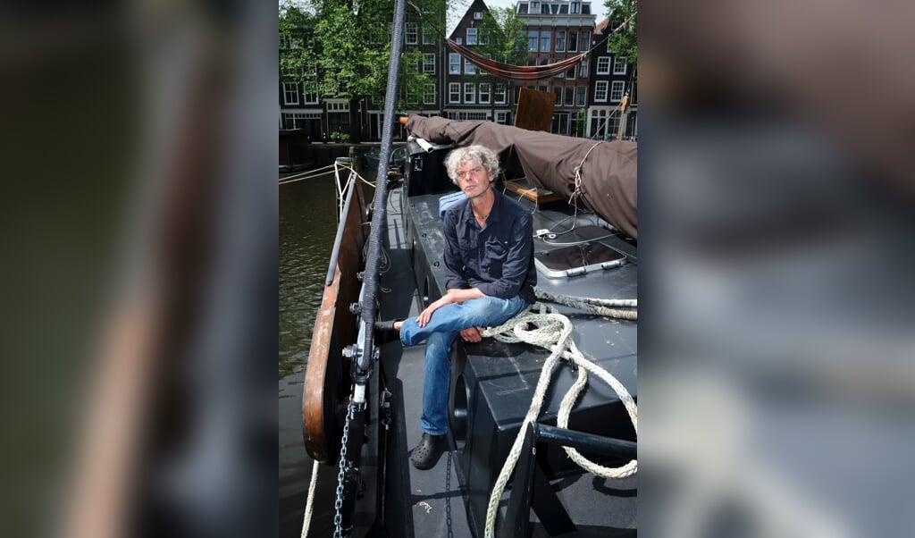 Fotojournalist Kadir van Lohuizen op zijn schip.  (beeld Dick Vos)