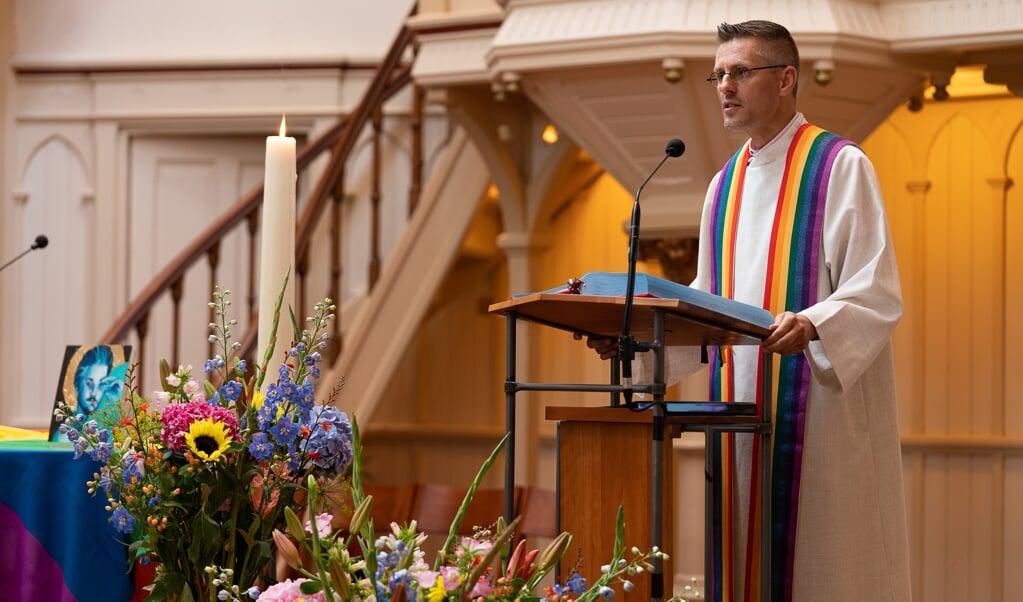 Dominee Wielie Elhorst tijdens een Pride Kerkdienst in Amsterdam.  (beeld Sandra Haverman)
