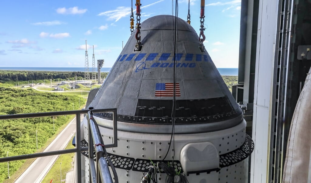 2021-07-28 18:03:14 This photo obtained from NASA on July 28, 2021 shows the Boeing CST-100 Starliner spacecraft secured atop a United Launch Alliance Atlas V rocket at the Vertical Integration Facility at Space Launch Complex 41 at Cape Canaveral Space Force Station in Florida on July 17, 2021.  Starliner will launch, scheduled for July 30, 2021 on the Atlas V for Boeing's second Orbital Flight Test (OFT-2) for NASA's Commercial Crew Program. The spacecraft rolled out from Boeing's Commercial Crew and Cargo Processing Facility at NASA's Kennedy Space Center earlier in the day. Handout / NASA/BOEING / AFP  (beeld Starliner Will Launch, Scheduled for July 30, 2021 on the Atlas v for Boeing's Second Orbital Flight Test (oft-2) for Nasa's Commercial Crew Program. the Spacecraft Rolled out From Boeing's Commercial Crew and Cargo Processing Facility at Nasa's Kennedy Space Center Earlier in the Day. handout / Nasa/boeing / afp)