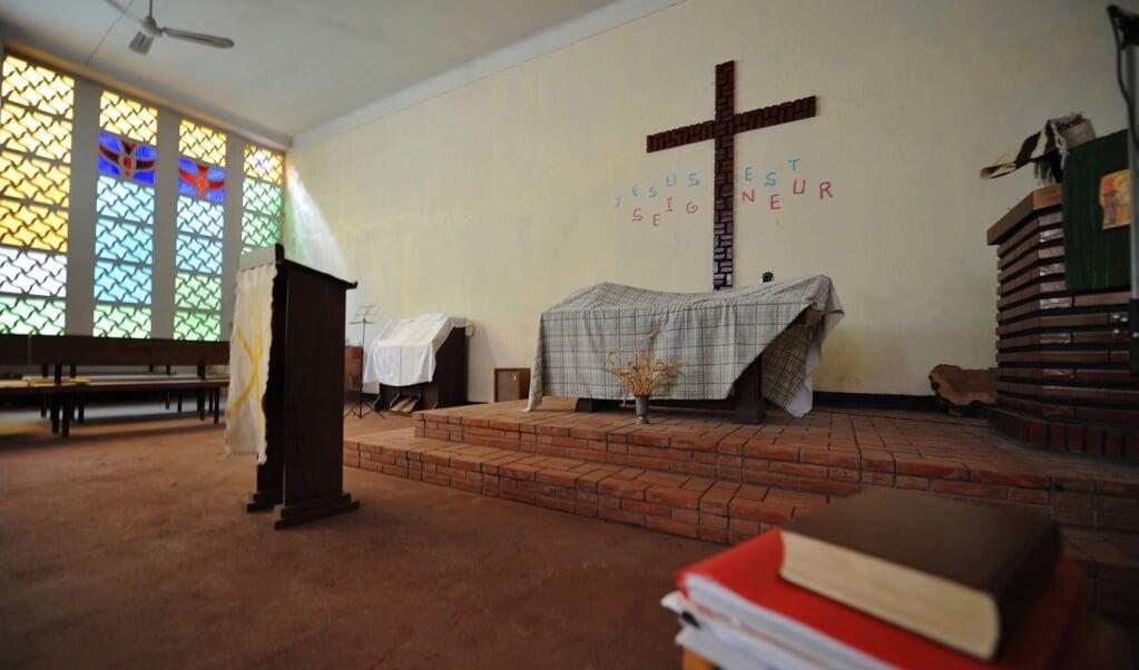 'Jezus is Heer', staat er rond het kruis in het protestantse kerkje in de Algerijnse hoofdstad Algiers. De protestanten in het Noord-Afrikaanse land hebben een kerkje teruggekregen, maar veel meer worden er gesloten.   (beeld afp / Fayez Nureldine)