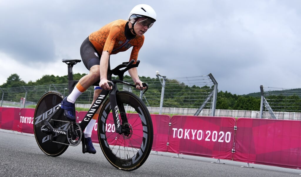 2021-07-28 12:31:27 epa09372462 Annemiek van Vleuten of the Netherlands on her way winning gold in the Women's Road Cycling Time Trial at the Tokyo 2020 Olympic Games at the Fuji International Speedway in Oyama, Japan, 28 July 2021.  EPA/CHRISTOPHER JUE  (beeld Epa/christopher jue)