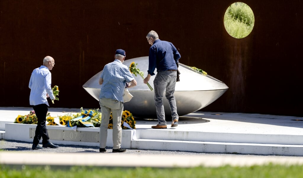 2021-07-17 14:04:46 VIJFHUIZEN - Nabestaanden in het herinneringsbos in Park Vijfhuizen herdenken de ramp met de MH17. Vlucht MH17 stortte op 17 juli 2014 neer, inmiddels bijna zeven jaar geleden. Vanwege het coronavirus konden nabestaanden een herdenkingsdienst thuis via een onlineverbinding volgen. ANP SANDER KONING  (beeld anp / Sander Koning)