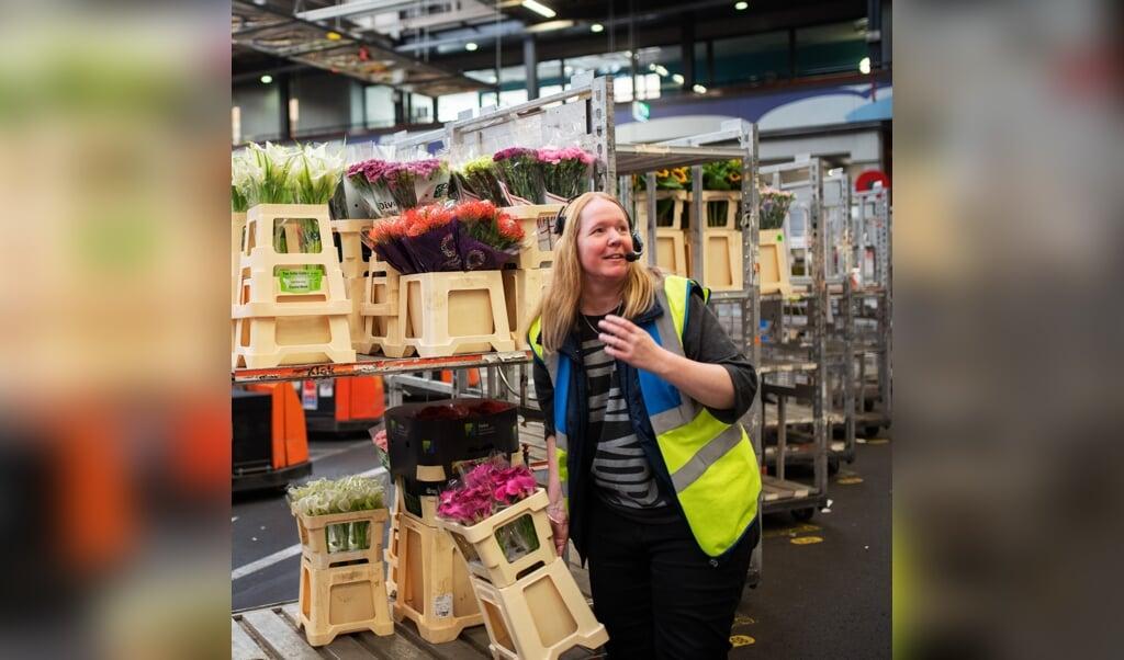 Een medewerker op de bloemenveiling in Naaldwijk.  (beeld Sabine van Wechem)