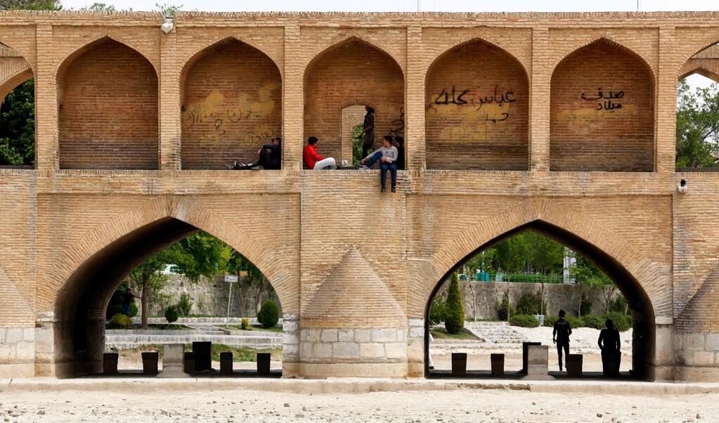 Brug over de Zayandeh Rud-rivier in Isfahan.  (beeld afp / Atta Kenare)