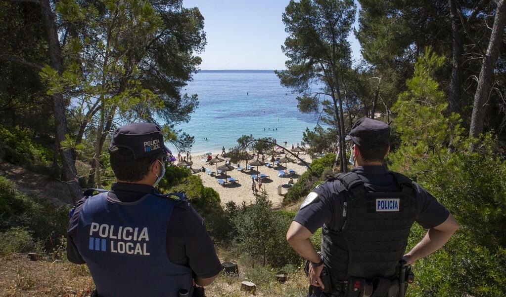 Spaanse politie op Mallorca. Op het eiland werd vorige week een 27-jarige Nederlander dodelijk mishandeld.  (beeld afp / Jaime Reina)