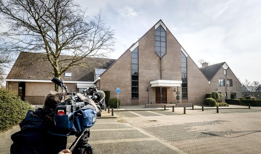 Toen de Sionkerk op Urk het in maart toestond dat alle leden weer naar de kerkdienst mochten komen, trok dat veel aandacht van de pers. Twee mannen die verslaggevers aanvielen, zijn vrijdag veroordeeld tot taakstraffen.  (beeld anp)