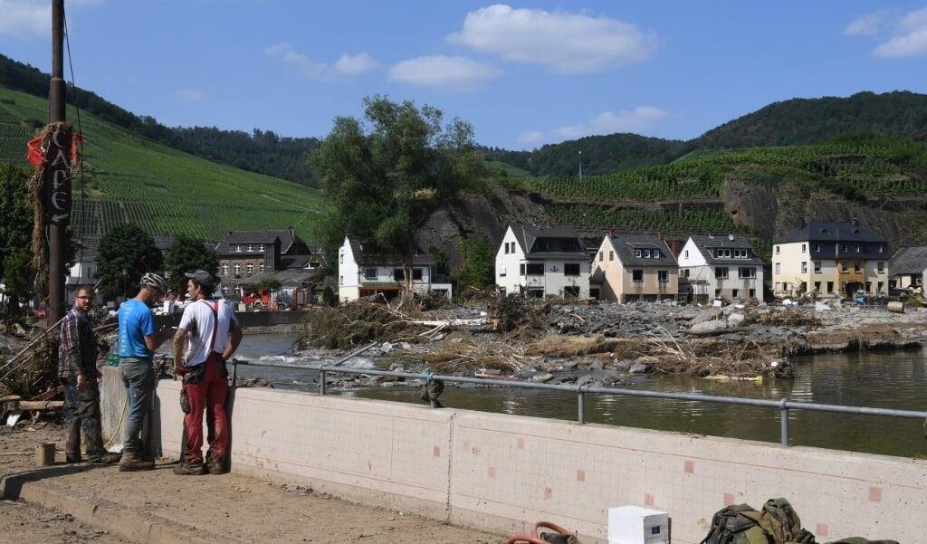 Hulpverleners bij Mayschoss in Rheinland-Pfalz.  (beeld afp / Christof Stache)