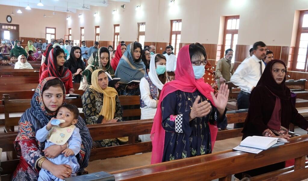 Christenen bidden in een kerk in Quetta, Pakistan, in april. Officieel is 1,6 procent van de inwoners van Pakistan christelijk.  (beeld epa / Fayyaz Ahmad)