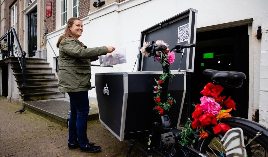Deze serie gaat over pastoraat op bijzondere plekken. Hanna Wapenaar is straatpastor in Amsterdam.  (beeld Leonard Walpot)