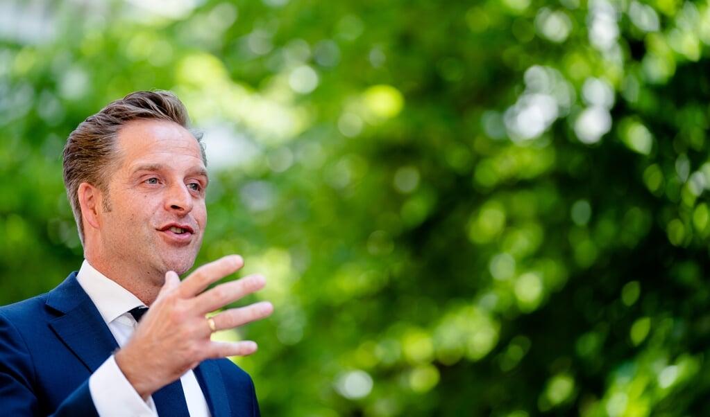 Demissionair Minister Hugo de Jonge: 'Los van mijn ministerschap, ben ik ook gewoon inwoner van Rotterdam-Zuid en vader van twee kinderen. Ik zie welke gigantische schade dat nare virus in anderhalf jaar heeft aangericht. Er is één manier om dit virus de pas af te snijden, en dat is vaccinatie.'  (beeld anp / Bart Maat)