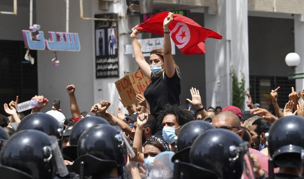 Onlusten in de straten van Tunis. De betogers zijn woedend dat president Saied de macht naar zich toetrekt.  (beeld afp / Fethi Belaid)