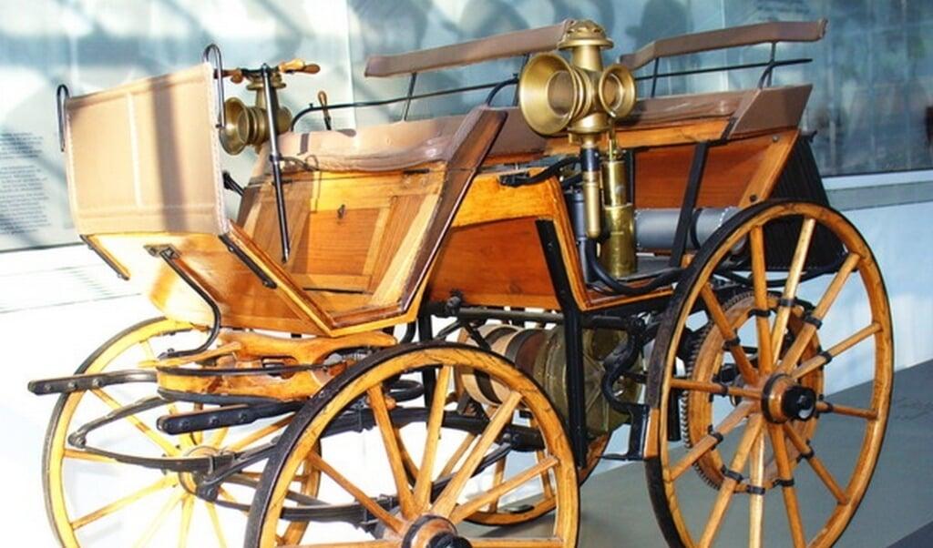 De eerste Daimler uit 1886.  (beeld wikipedia / stuttgart-bad cannstatt werkstatt)