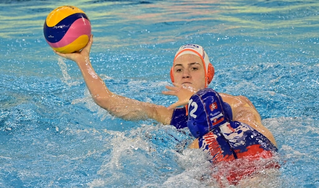 2021-01-19 18:04:37 Dutch wing Maud Megens (L) challenges with Slovakia's centre forward Katarina Kissova during the Fina women's Water Polo Olympic games qualification tournament 2021 between Netherlands and Slovakia at the  Italian Swimming Federation's Aquatic center Bruno Bianchi, in Trieste on January 19, 2021.  Miguel MEDINA / AFP  (beeld Italian Swimming Federation's Aquatic Center Bruno Bianchi, in Trieste on January 19, 2021.  miguel Medina / afp)