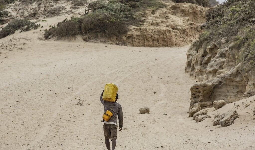 Een man op zoek naar water, in het zuiden van Madagaskar.  (beeld anp)