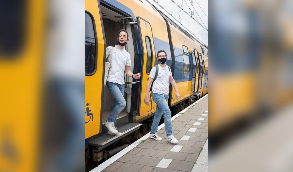 Nicolaas (l.) en Gijs Stam: 'De passie voor treinen hebben we van onze vader.'  (beeld Niek Stam)