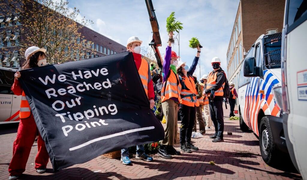 Actievoerders bij het hoofdkantoor van Shell in Nederland.   (beeld anp / Bart Maat)