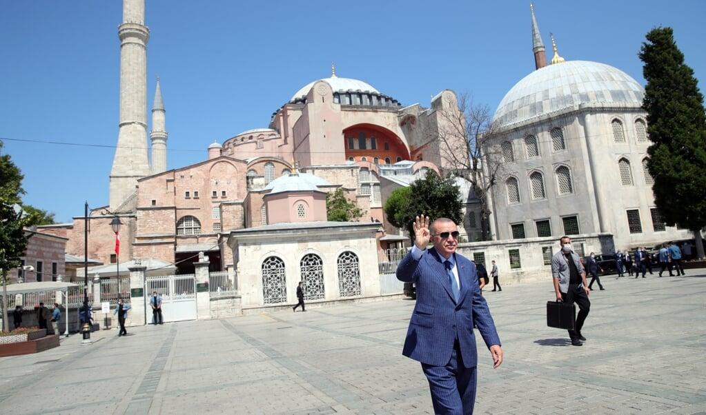 President Recep Tayyip Erdogan bij de Hagia Sophia, sinds 2020 weer een moskee.  (beeld epa)