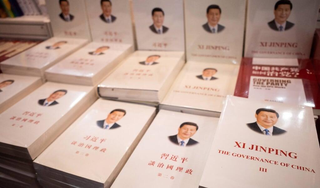 'Het Bestuur van China' van president, partijbaas en opperbevelhebber Xi Jinping is tegenwoordig ook verplichte kost in Hongkong.  (beeld afp / Bertha Wang)