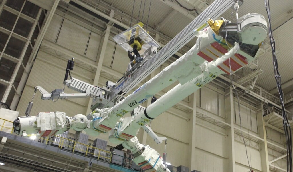 2021-07-21 12:17:20 This undated handout photograph released by the Russian Space Agency Roscosmos on July 21, 2021, shows the Dutch European Robotic Arm is lifted to instal on the Russian Multipurpose Laboratory Module