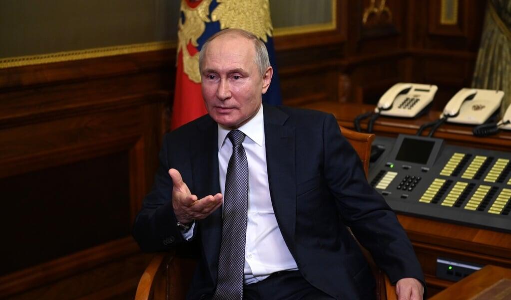 President Putin tijdens het interview na zijn essay over Rusland en Oekraïne die samen met Belarus de 'drie-enige Russische natie' zouden zijn.   (beeld Kremlin)
