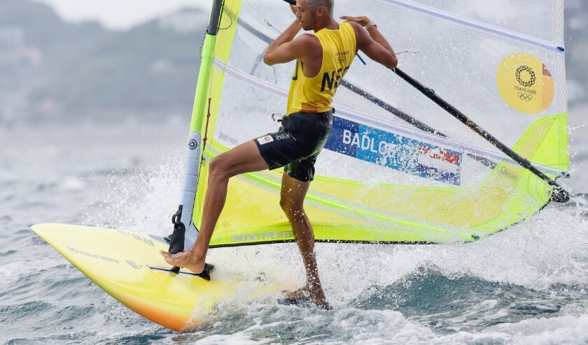 2021-07-29 14:48:11 epa09375969 Kiran Badloe of Netherlands competes in the Men's RS:X Windsurfing race during the Sailing events of the Tokyo 2020 Olympic Games in Enoshima, Japan, 29 July 2021.  EPA/CJ GUNTHER  (beeld Epa/cj Gunther)