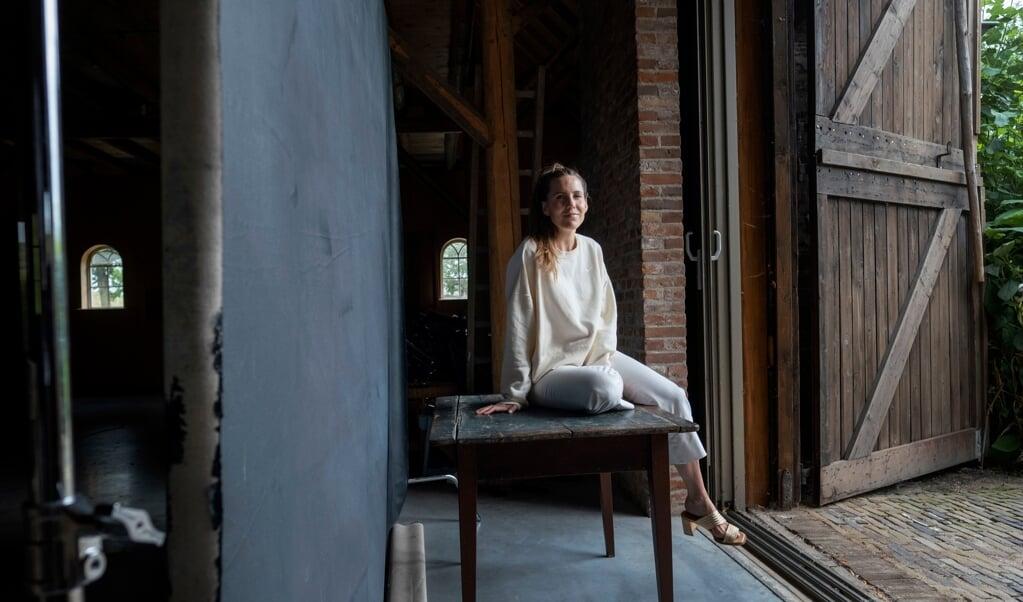Iris Dorine in haar schuur.  (beeld Merlin Daleman)