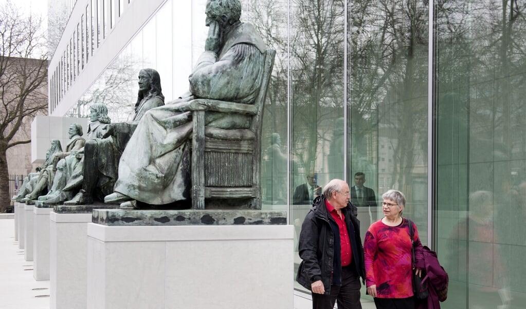 Albert Heringa en zijn partner bij het gebouw van de Hoge Raad in 2017. Heringa hielp zijn moeder een eind aan haar leven te maken, en kreeg zes maanden voorwaardelijke gevangenisstraf.  (beeld anp / Olaf Kraak)