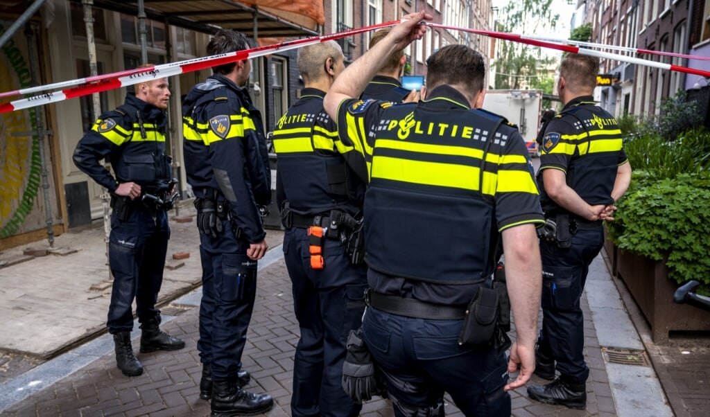 De politie was na de aanslag massaal aanwezig in het centrum van Amsterdam op de plek waar Peter R. de Vries is neergeschoten.   (beeld anp / Evert Elzinga)