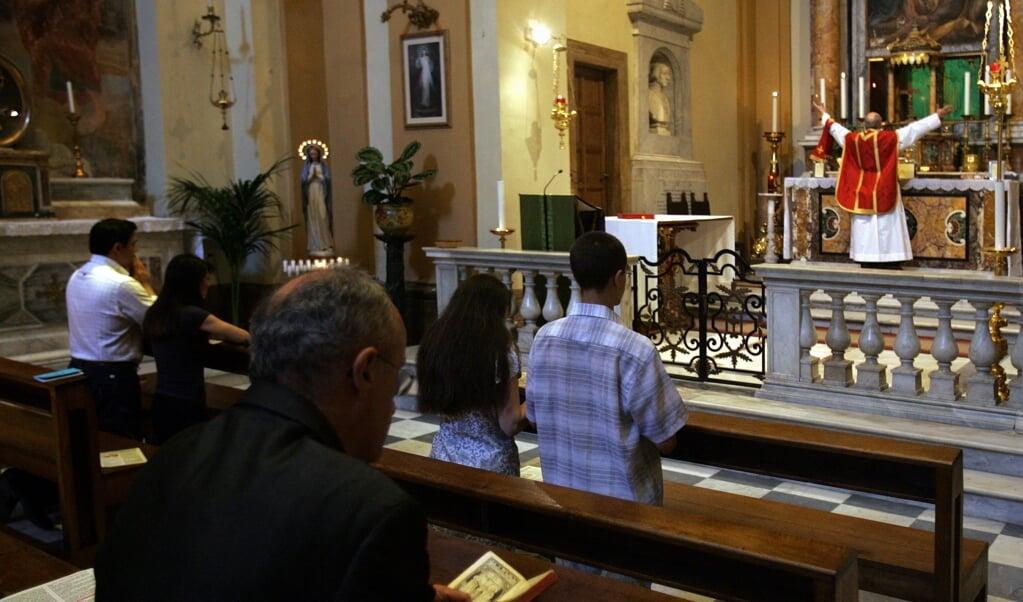 Een Tridentijnse mis in Rome. De paus legt de viering ervan aan banden.  (beeld afp / Alberto Pizzoli )