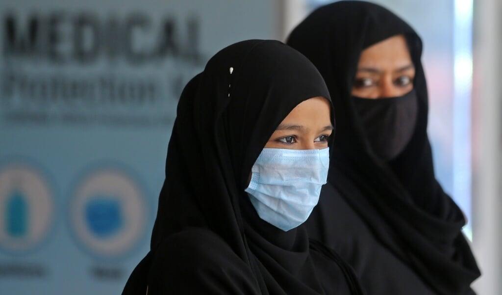 Twee moslimvrouwen in India.  (beeld Epa/jagadeesh nv)