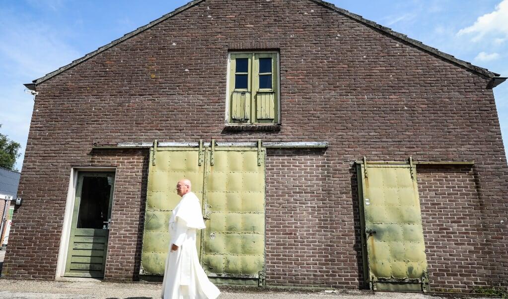 Abt Denis Hendrickx bij de werkplaats van de technische dienst van de abdij van Berne.  (beeld Maarten Boersema)
