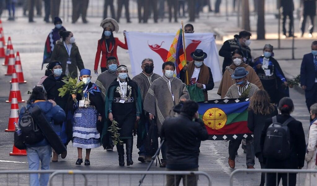 Nieuwe, inheemse leden van de Grondwetscommissie arriveren bij het parlementsgebouw.  (beeld afp / Javier Torres)