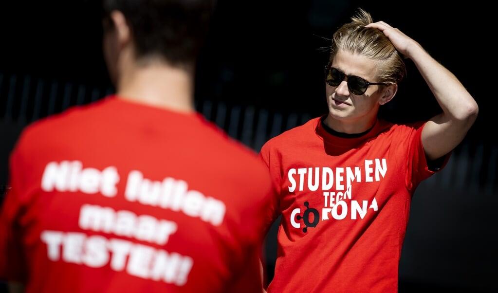 Een campagne om Rotterdamse studenten te wijzen op de coronamaatregelen in augustus 2020.  (beeld anp / Koen van Weel)
